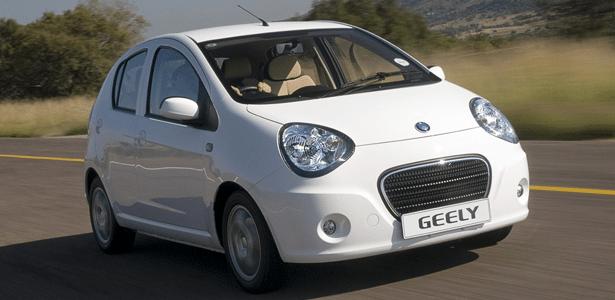 """O hatch Geely LC tem motor """"mil"""", visual assumido de panda e pode custar R$ 35 mil - Divulgação"""