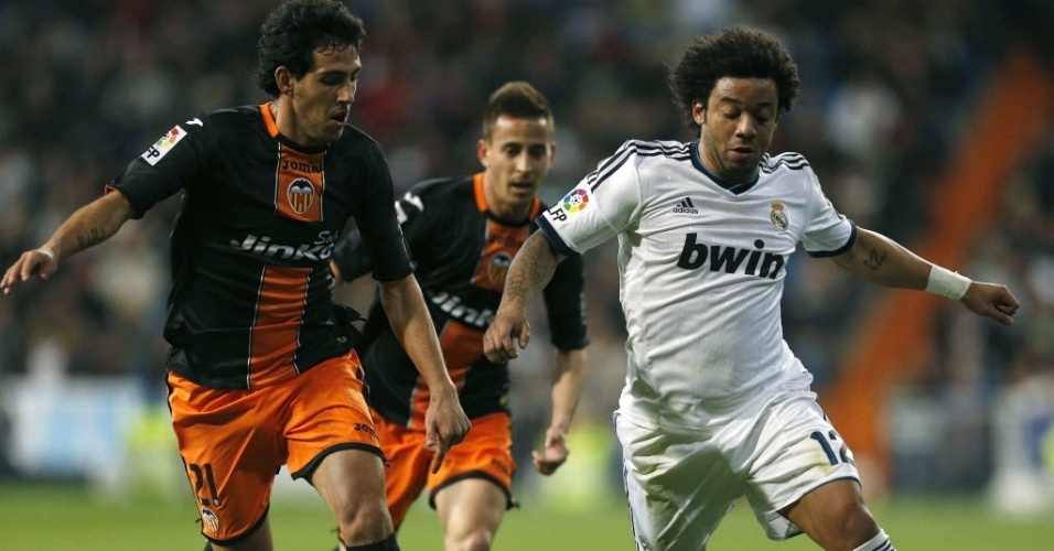 Marcelo domina bola na partida do Real Madrid contra o Valencia
