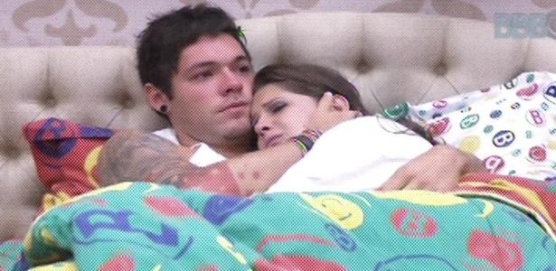 Nasser consola Andressa após eliminação de Ivan