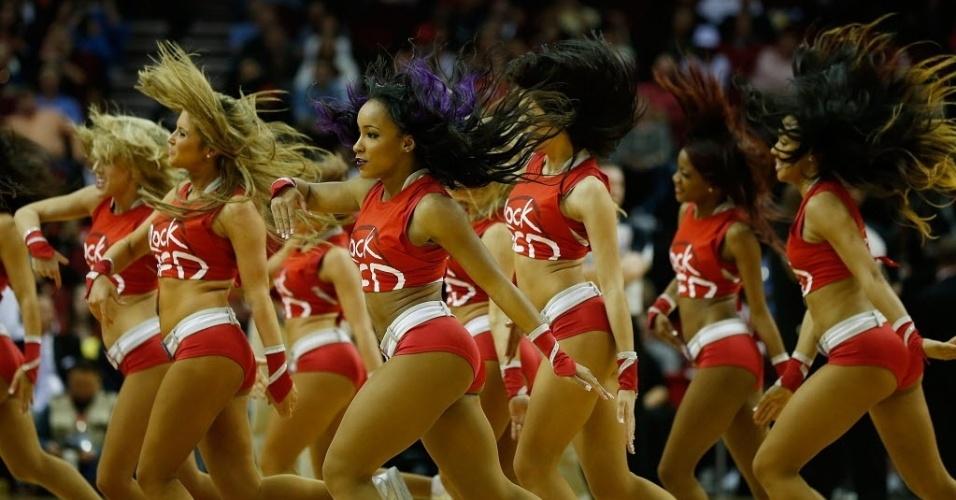 20.fev.2013 - Cheerleaders do Houton Rockets dançam na partida contra o Oklahoma City Thunder