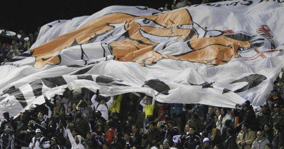 20.fev.2013 - Torcida do Corinthians comparece ao estádio em Oruro para apoiar a equipe contra o San Jose (BOL)