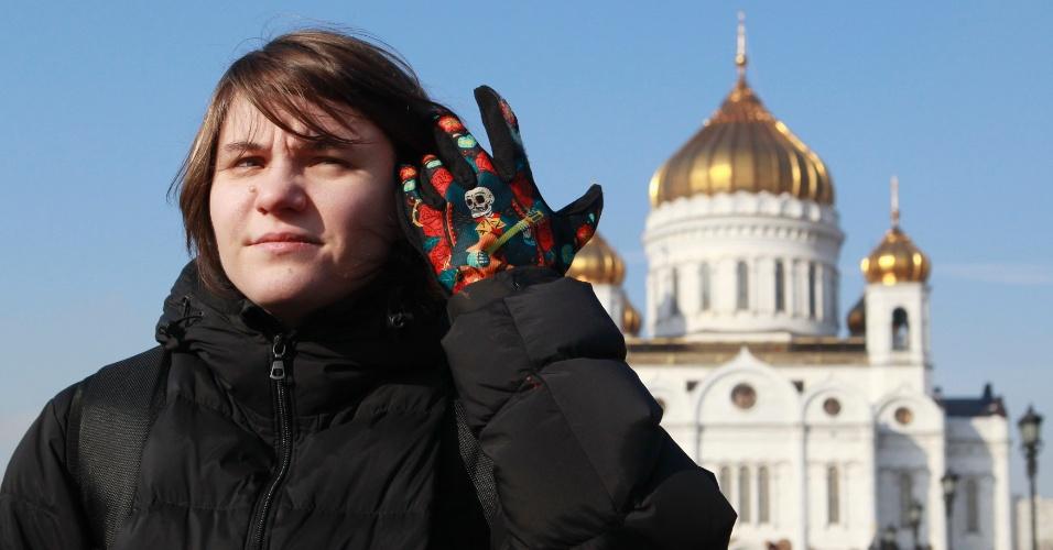 """21.fev.2013 - A russa Yekaterina Samutsevich, integrante do grupo punk Pussy Riot, dá entrevista em frente à catedral Cristo Salvador, em Moscou. Duas membros da banda estão presas acusadas de """"vandalismo motivado por ódio religioso"""""""