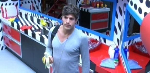 21.fev.2013 - André come uma banana após ser acordado pelo toque de despertar nesta manhã