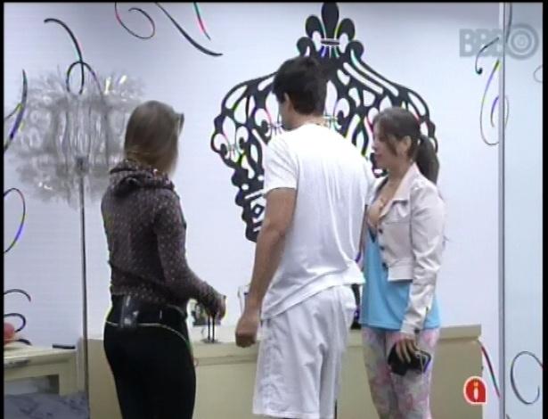 21.fev.2013 - André mostra para Natália e Andressa fotos de sua família no quarto do líder