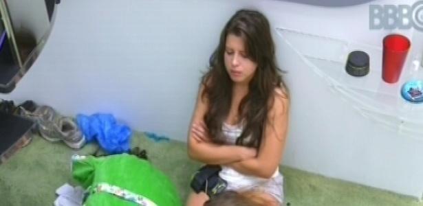 21.fev.2013 - Andressa, Natália e Anamara dormem no chão da sala após serem acordadas por toque de despertar