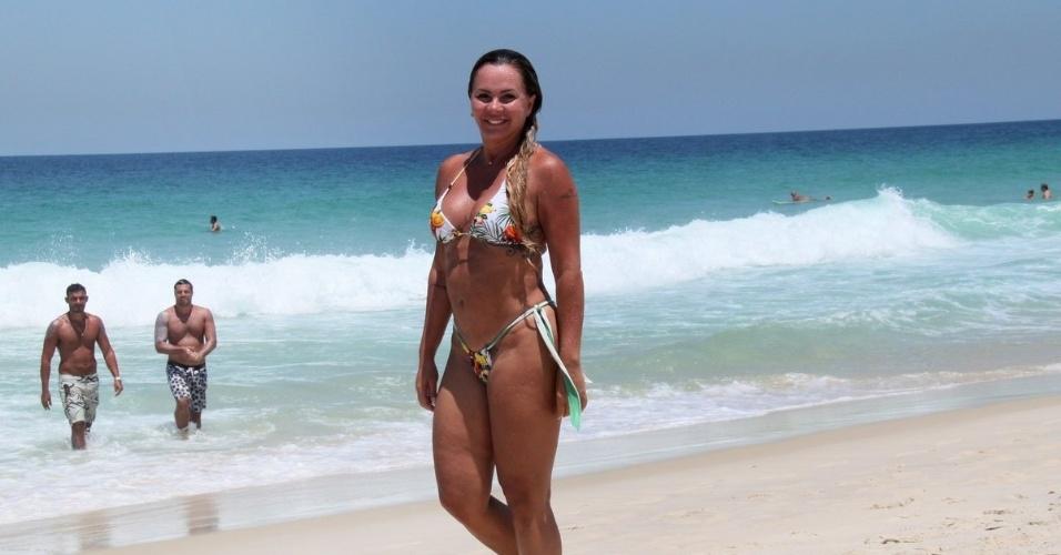 21.fev.2013 - Aos 43 anos, Cristina Mortágua exibe boa forma em dia de praia na Barra da Tijuca, Rio de Janeiro