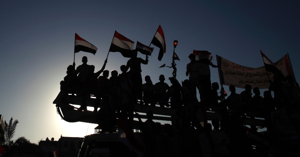 21.fev.2013 - Apoiadores do presidente Abd-Rabbu Mansour Hadi sobem em um caminhão durante manifestação para marcar o primeiro aniversário de sua eleição, na cidade de Aden, ao sul do Iêmen