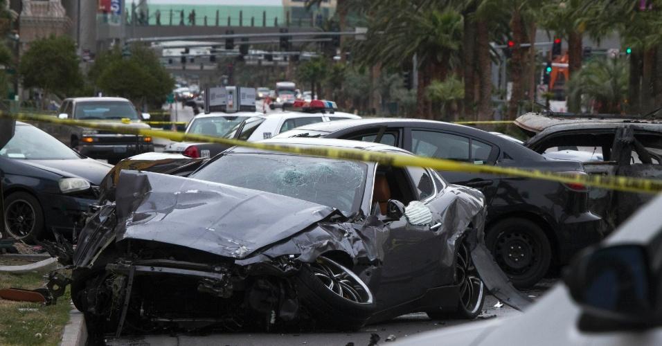 21.fev.2013 - Carros ficaram destruídos após uma perseguição e um tiroteio em alta velocidade na famosa avenida Las Vegas Boulevard, onde se concentra a maioria dos cassinos e hoteis de Las Vegas (EUA). Três pessoas morreram e outras três ficaram feridas após o incidente