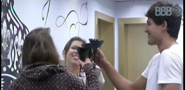 21.fev.2013 - Com refrigerante, André brinda liderança com Natália e Andressa
