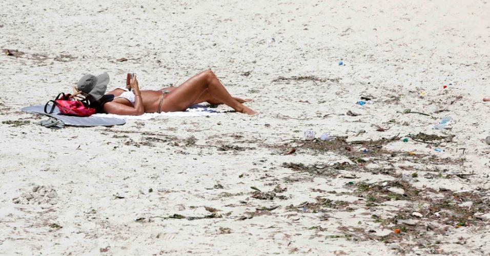 21.fev.2013 - Do outro lado do maciço de rocha que separa o Arpoador da praia de Copacabana (foto), a água está marrom e cheia de algas, o que não espanta os turistas. No Arpoador, o mar está cristalino, o que leva à inevitável comparação com o Caribe. A cor do mar no Arpoador e Ipanema, assim como Leblon e Barra da Tijuca, é consequência de quase duas semanas sem chuvas