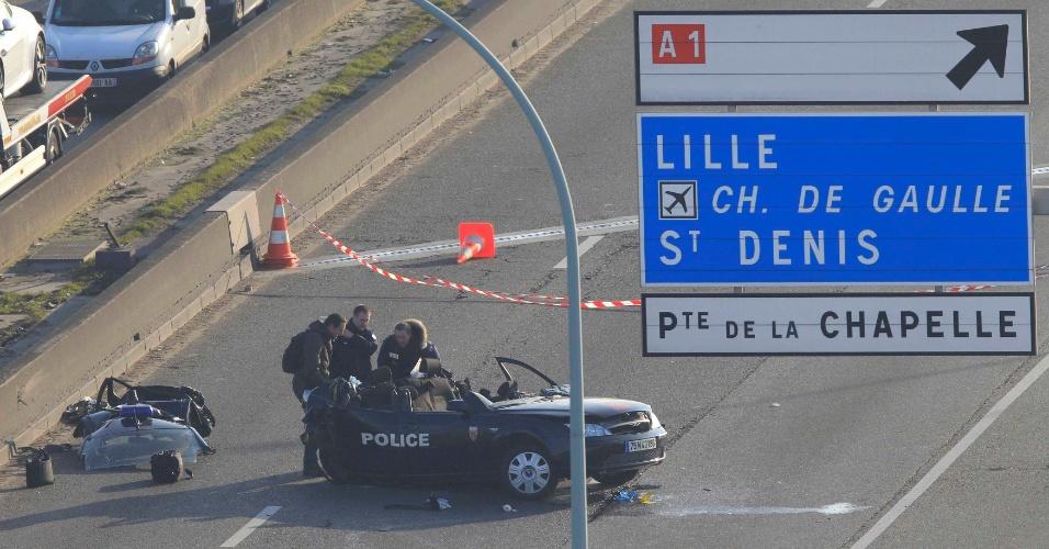 21.fev.2013 - Dois policiais franceses morreram e um ficou ferido em um acidente após uma perseguição em alta velocidade por Paris