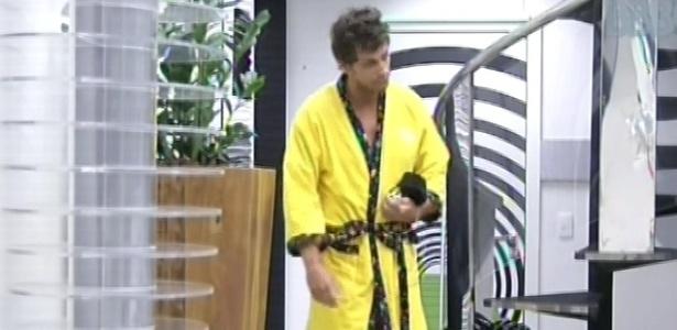 21.fev.2013 - Eliéser circula sozinho na sala nesta manhã. Ele e Kamilla não se cruzaram