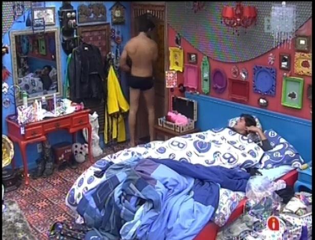 21.fev.2013 - Eliéser reclamou de Marcello e Kamilla para André no quarto brechó no começo da noite