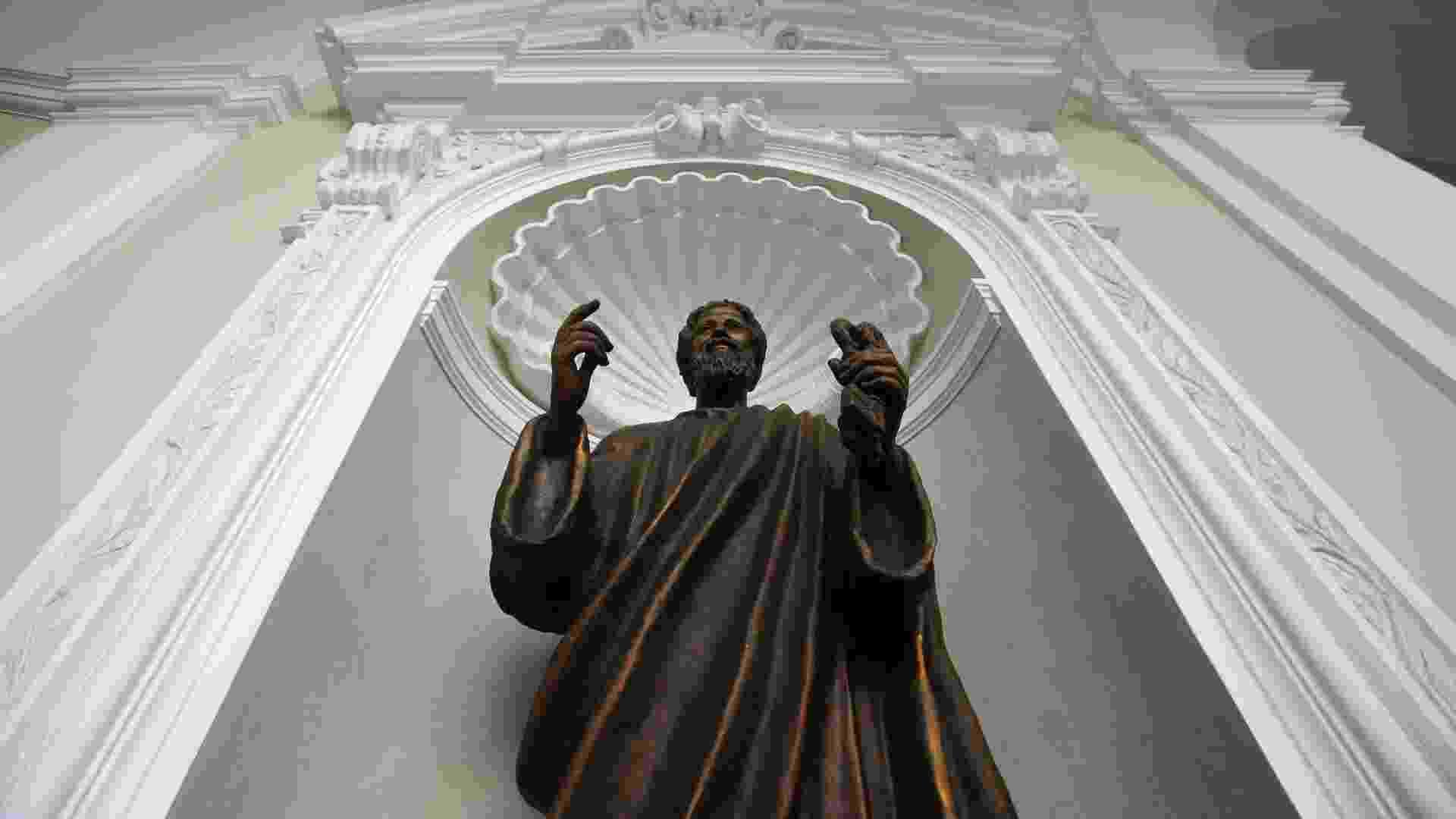 21.fev.2013 - Estátua de São Pedro no Castel Gandolfo, no sul de Roma, local onde o papa Bento 16 passará os dois primeiros meses após sua renúncia - Max Rossi/Reuters