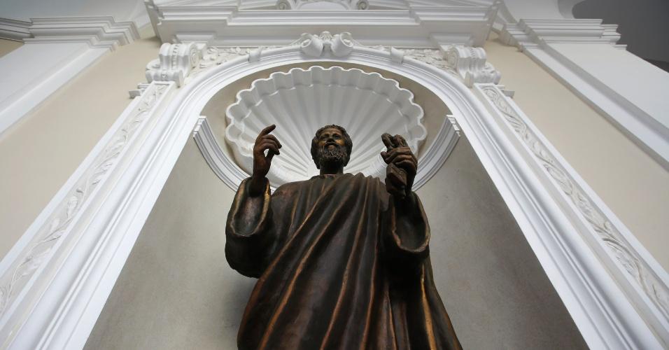 21.fev.2013 - Estátua de São Pedro no Castel Gandolfo, no sul de Roma, local onde o papa Bento 16 passará os dois primeiros meses após sua renúncia