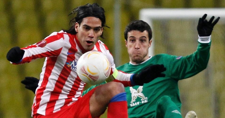 21.fev.2013 - Falcao García, atacante do Atlético de Madri, disputa jogada com Ivan Marcano, do Rubin Kazan, durante partida da Liga Europa