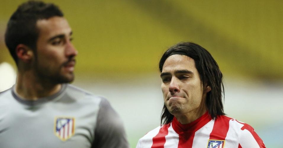 21.fev.2013 - Falcao García (dir), do Atlético de Madri, lamenta após ser time ser eliminado da Liga Europa pelo Rubin Kazan, da Rússia
