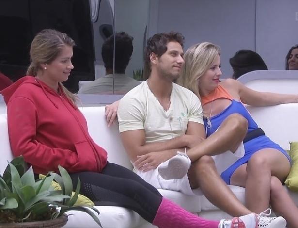 21.fev.2013 - Fani, Eliéser e Fernanda aguardam contato ao vivo de Bial para a prova do líder