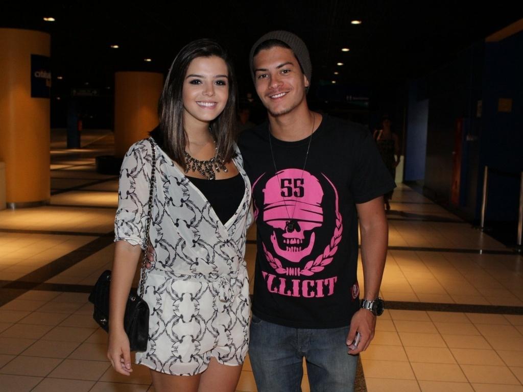 21.fev.2013 - Giovanna Lancellotti com o namorado Arthur Aguiar na pré-estreia no Rio de Janeiro do musical