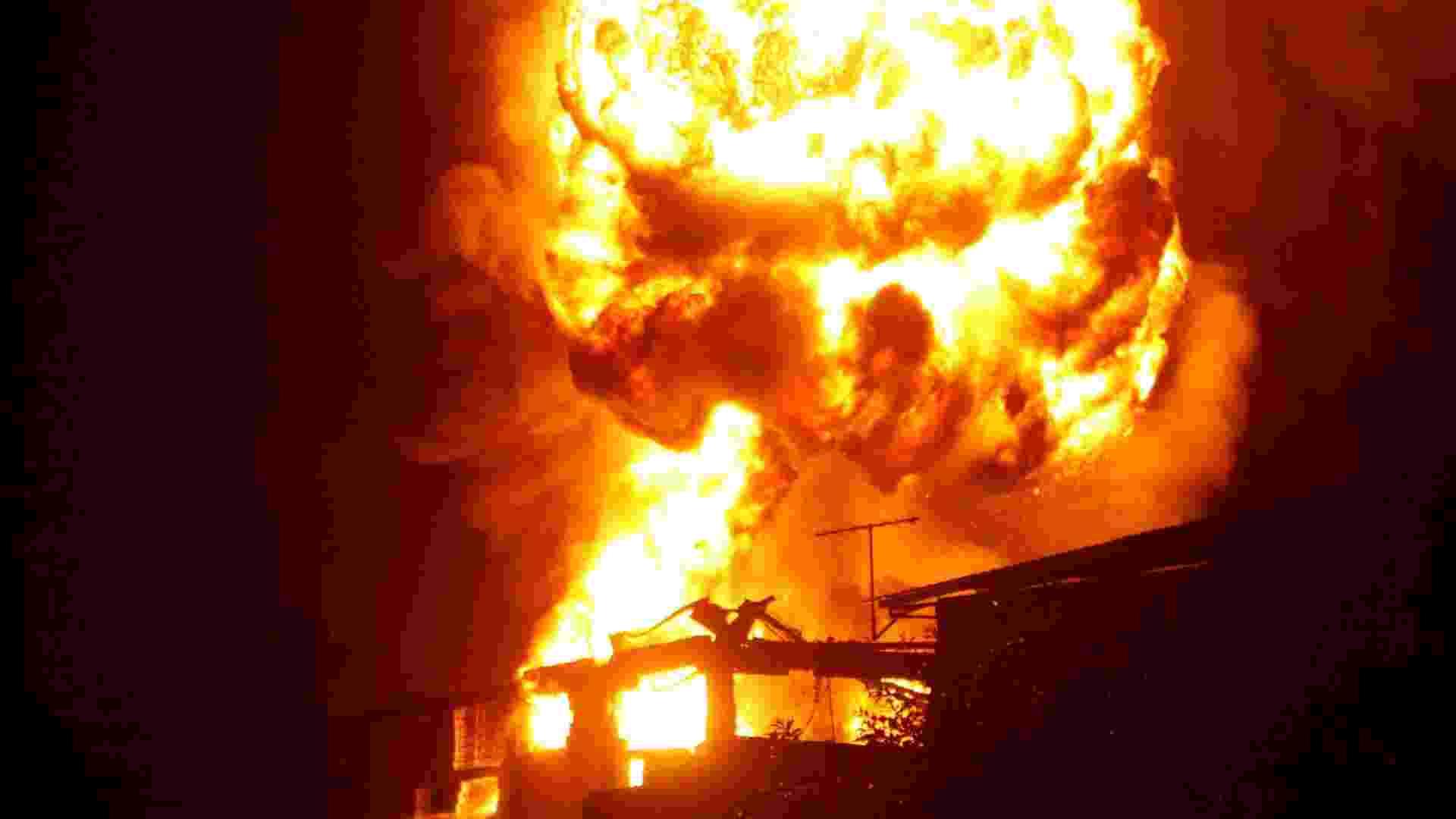 21.fev.2013 - Incêndio de grandes proporções atingiu indústria de produtos químicos, no bairro de Bonsucesso, em Guarulhos (SP) - Marcos Bezerra/Futura Press