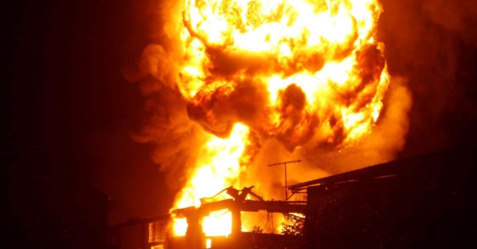 21.fev.2013 - Incêndio de grandes proporções atingiu indústria de produtos químicos, no bairro de Bonsucesso, em Guarulhos (SP)