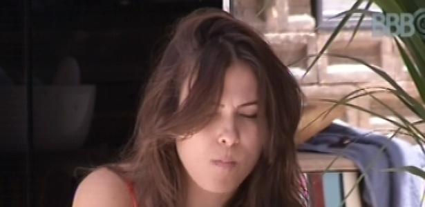 21.fev.2013 - Kamilla come cereais com leite do lado de fora da casa enquanto outros brothers dormem na casa do