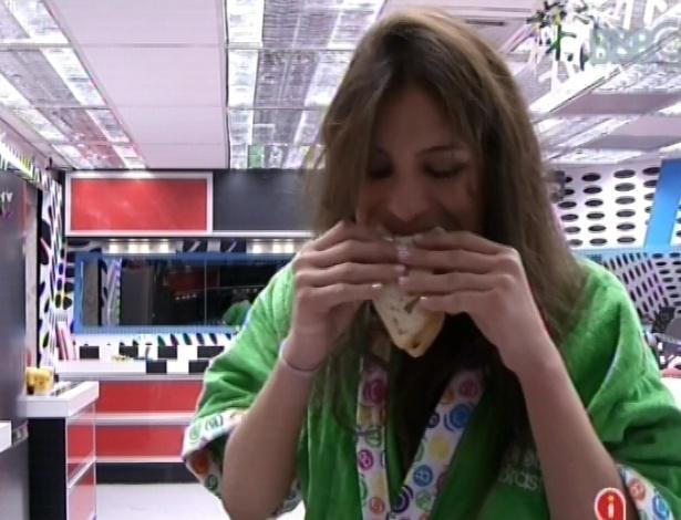 21.fev.2013 - Kamilla come sanduíche antes dos outros participantes acordarem nesta manhã