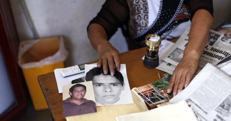 21.fev.2013 - Mãe mostra fotos do filho, o jovem Alejandro Garcia Orozco, que está desaparecido há três anos, em Iguala, no Estado de Guerrero (México). A organização de defesa dos direitos humanos Human Rights Watch denunciou nesta quarta-feira (20) que nos últimos seis anos foram registrados no país 249 casos de desaparecimento. Existe a suspeita de que haja envolvimento de membros de forças de segurança em casos de cumplicidade com criminosos