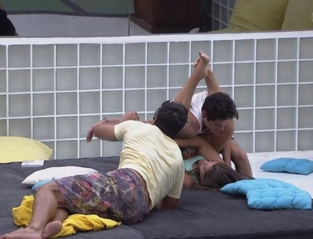 21.fev.2013 - Marcello ensina Andressa a escapar dos golpes de Nasser usando as pernas