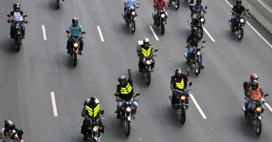 21.fev.2013 - Motoboys protestam na avenida 23 de Maio, na tarde desta quinta-feira (21), em São Paulo, pedindo o adiamento da fiscalização e das multas sobre as novas regras de segurança da categoria. O Detran de São Paulo estuda dar início à fiscalização e o Sindimoto-SP (sindicato da categoria dos motoboys) ameaça declarar greve e desencadear protestos pela cidade na sexta-feira (22)