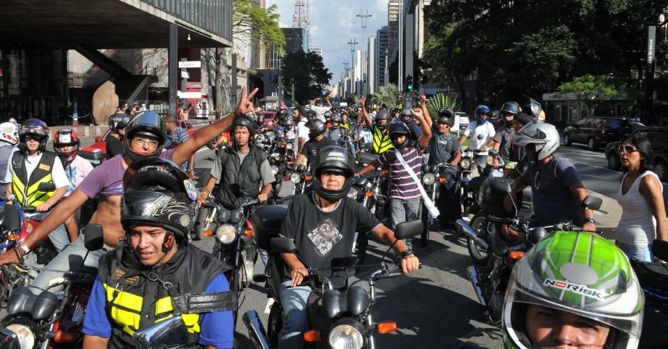 21.fev.2013 - Motoboys protestam na avenida Paulista, em São Paulo (SP), na tarde desta quinta-feira (21). Eles são contrários à fiscalização das novas regras que regulamentam a categoria