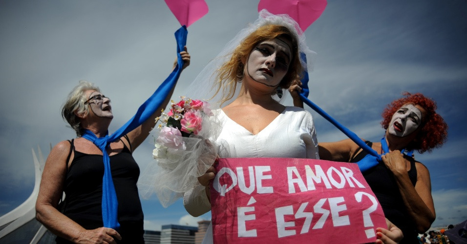 21.fev.2013 - Mulheres que participaram do 1º Encontro Nacional do Movimento de Mulheres Camponesas do Brasil realizam uma caminhada para marcar o encerramento do evento em Brasília, nesta quinta-feira (21). Elas pedem o fim da violência contra mulher e homenagearam centenas de mulheres mortas pela violência doméstica