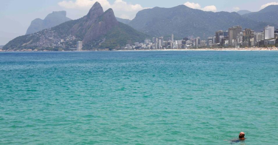 21.fev.2013 - No Arpoador (foto), o mar está cristalino, o que leva à inevitável comparação com o Caribe. A cor do mar no Arpoador e Ipanema, assim como Leblon e Barra da Tijuca, é consequência de quase duas semanas sem chuvas. Do outro lado do maciço de rocha que separa o Arpoador da praia de Copacabana, a água está marrom e cheia de algas, o que não espanta os turistas