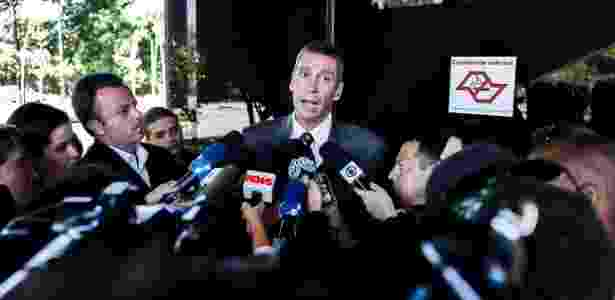 O promotor Rogério Zagallo conversa com jornalistas durante o julgamento do estudante Gil Rugai, em fevereiro de 2013 - Leonardo Soares/UOL