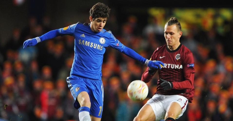 21.fev.2013 - Observado por adversário do Sparta Praga, Oscar, do Chelsea, domina a bola durante o confronto pela Liga Europa