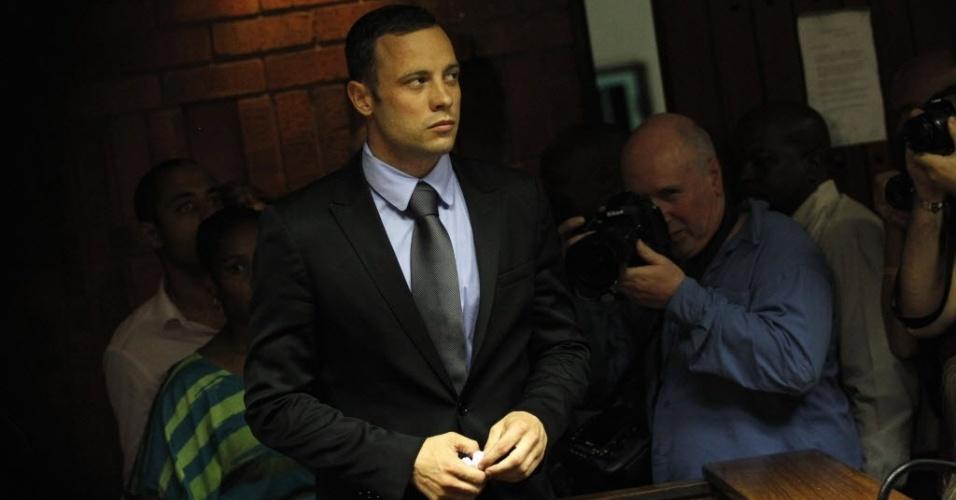 21.fev.2013 - Oscar Pistorius entra na corte de Pretória para a audiência sobre seu pedido de fiança desta quinta-feira