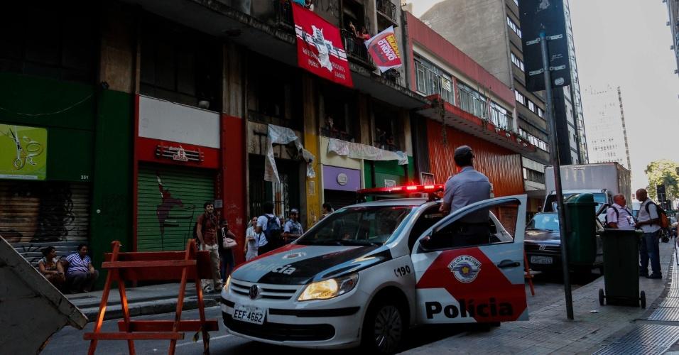 21.fev.2013 - Polícia se prepara para cumprir ação de reintegração de posse em prédio ocupado na rua 7 de Abril, no centro de São Paulo