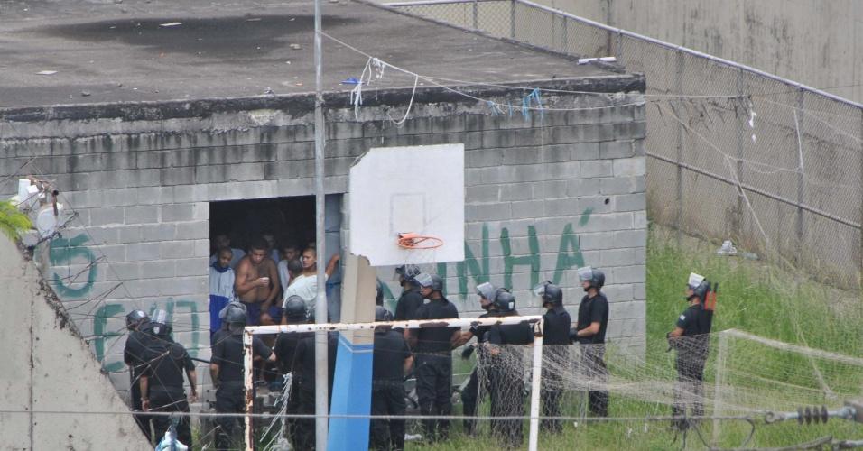 21.fev.2013 - Policiais cercam prédio da unidade da Fundação Casa Vila Conceição, na zona leste de São Paulo, onde adolescentes fizeram uma rebelião na manhã desta quinta-feira (21). Por volta das 12h15, eles mantinham alguns funcionários reféns, inclusive o diretor da fundação, mas encerraram o motim por volta das 13h30