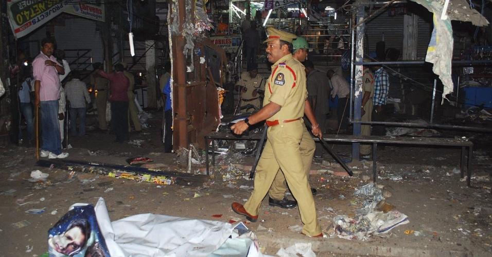 21.fev.2013 - Policial caminha no mercado onde a explosão de três bombas nesta quinta-feira (21) matou ao menos 20 pessoas e deixou outras 50 feridas na cidade indiana de Hyderabad