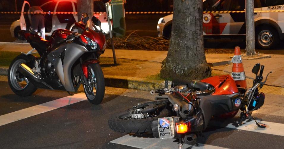 21.fev.2013 - Policial foi morto em uma suposta tentativa de roubo, na avenida Faria Lima, no Itaim, zona oeste de São Paulo. De acordo com a polícia, a vítima estava parada em um semáforo em uma moto de luxo, quando dois bandidos anunciaram o roubo. Houve troca de tiros e o policial morreu. Um dos suspeitos foi baleado e conseguiu fugir