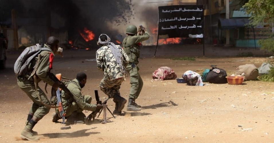 21.fev.2013 - Soldados do Mali e da França entram em confronto com rebeldes islâmicos nesta quinta-feira (21), em Gao, no norte do país. Os confrontos começaram depois que um carro-bomba explodiu perto de um campo ocupado por soldados da França e do Chade em Kidal, no nordeste do país, ferindo ao menos dois civis