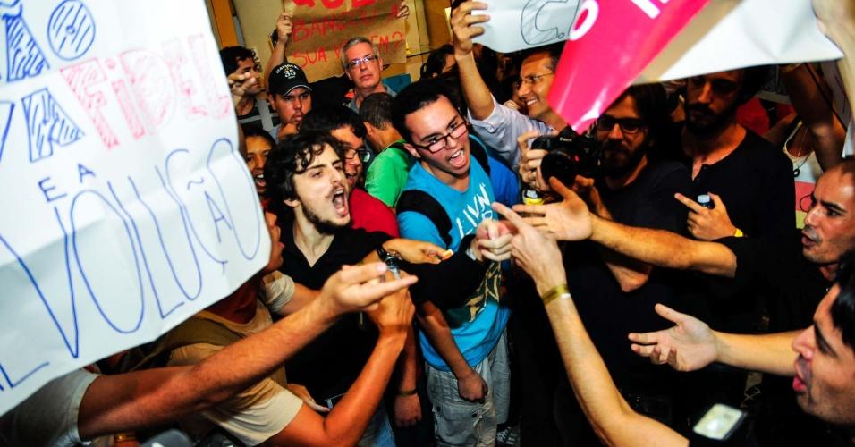 21.fev.2013 - Um grupo de aproximadamente 70 militantes de organizações pró-Cuba e cerca de 30 simpatizantes da dissidente cubana Yoani Sánchez trocaram palavras de ordem e insultos no Conjunto Nacional, na região central de São Paulo, nesta quinta-feira (21), durante a visita da blogueira. Mais tarde, já durante a palestra da blogueira na Livraria Cultura, os manifestantes quase entraram em confronto