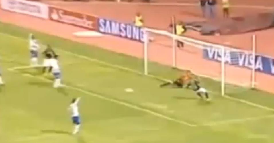 Emerson Sheik perde gol incrível