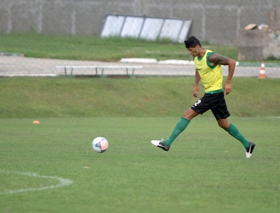 Escudero voltou a treinar com bola no Coritiba