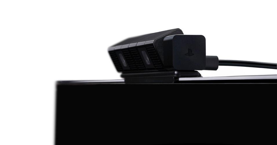 No detalhe, a câmera PlayStation 4 Eye instalada sobre uma televisão.