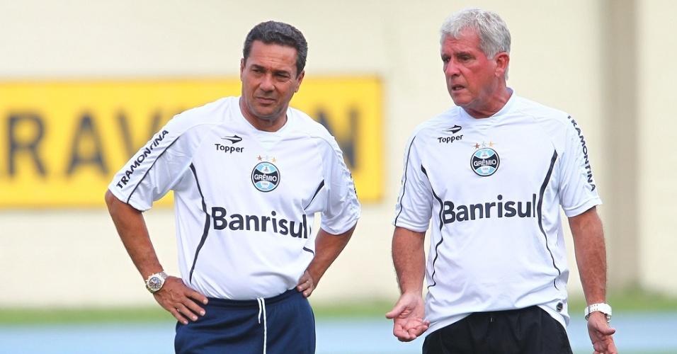 Técnico Vanderlei Luxemburgo e o preparador físico do Grêmio, Antonio Melo, em treino no Complexo João Havelange no Rio de Janeiro (19/02/2013)