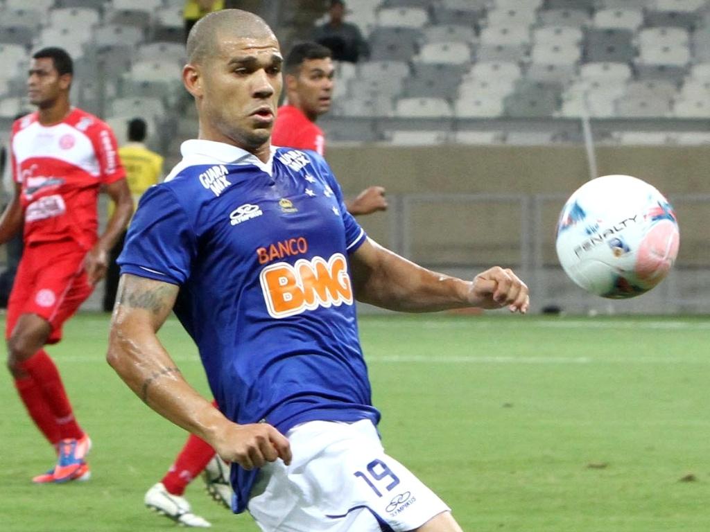 Volante Nilton, do Cruzeiro, durante vitória sobre o América-TO, por 2 a 0, no Mineirão (6/2/2013)