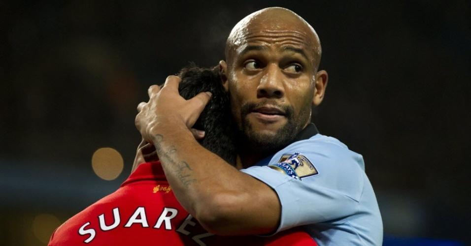 03.fev.2013 - Maicon, do Manchester City, abraça o uruguaio Luiz Suarez, do Liverpool, após clássico