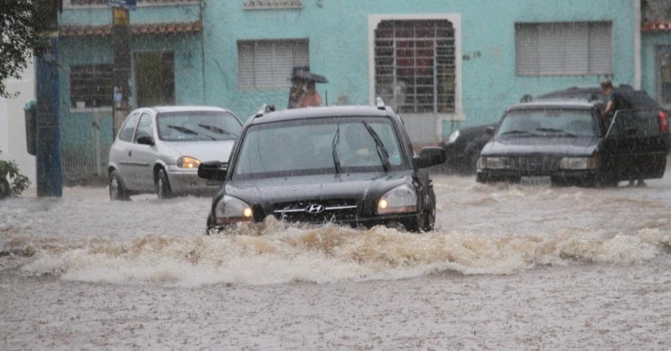 22.fev.2013 - A chuva desta sexta-feira (22) alagou a rua Donato Luongo, no bairro da Água Fria, zona norte de São Paulo