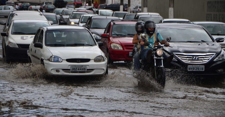 22.fev.2013 - A chuva que atingiu Salvador (BA) na manhã desta sexta-feira (22) provocou alagamentos em ruas da Cidade Baixa, na área do comércio